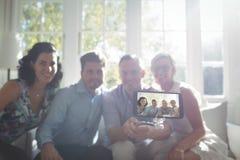 Groupe d'amis prenant un selfie au téléphone portable Photographie stock libre de droits