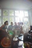 Groupe d'amis prenant un selfie au téléphone portable Image stock