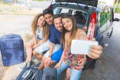 Groupe d'amis prenant un selfie avant de partir pour des vacances Photographie stock