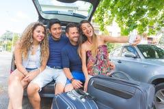 Groupe d'amis prenant un selfie avant de partir pour des vacances Images libres de droits