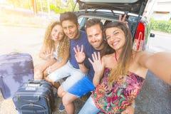 Groupe d'amis prenant un selfie avant de partir pour des vacances Photographie stock libre de droits