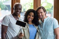Groupe d'amis prenant un selfie de bâton de selfie Photographie stock
