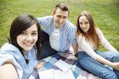 Groupe d'amis prenant un selfie en parc un jour ensoleillé Amitié, mode de vie, concept de récréation Images stock