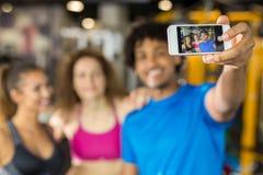 Groupe d'amis prenant un selfie tout en établissant Photos libres de droits