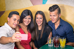 Groupe d'amis prenant une photo avec le smartphone Photos stock