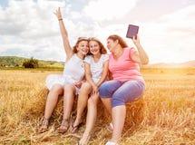 Groupe d'amis profitant d'un agréable moment dehors Photographie stock