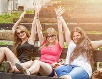 Groupe d'amis profitant d'un agréable moment des oudoors Images libres de droits