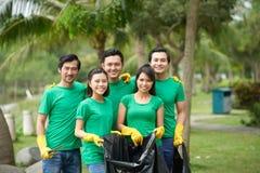 Groupe d'amis rassemblant des déchets Photo libre de droits
