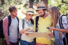 Groupe d'amis regardant la carte Image stock
