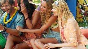 Groupe d'amis regardant le mobile et le sourire banque de vidéos