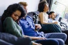 Groupe d'amis regardant TV, cidre potable et ayant l'amusement Photos libres de droits