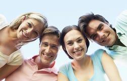 Groupe d'amis regardant vers le bas dans l'appareil-photo Image libre de droits