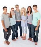 Groupe d'amis restant sur le fond blanc photographie stock
