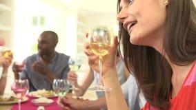 Groupe d'amis s'asseyant autour du Tableau ayant le dîner banque de vidéos