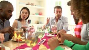 Groupe d'amis s'asseyant autour du Tableau ayant le dîner clips vidéos