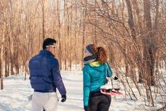 Groupe d'amis s'exerçant dans la neige en hiver Images stock