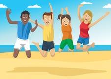 Groupe d'amis sautant ensemble sur la plage Photographie stock