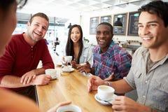 Groupe d'amis se réunissant dans le café Photos libres de droits