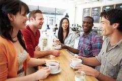 Groupe d'amis se réunissant dans le café Photos stock