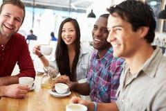 Groupe d'amis se réunissant dans le café Images stock