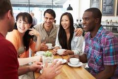 Groupe d'amis se réunissant dans le café Photographie stock libre de droits