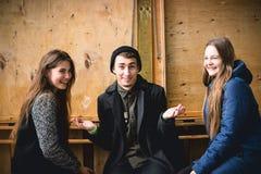 Groupe d'amis se réunissant dans le café local Image libre de droits
