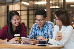 Groupe d'amis se réunissant dans un café causant entre eux Photo libre de droits