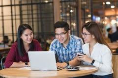 Groupe d'amis se réunissant dans un café causant entre eux Images libres de droits