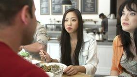 Groupe d'amis se réunissant pour le déjeuner dans le café clips vidéos