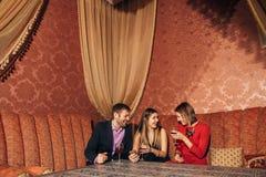 Groupe d'amis se reposant dans le restaurant Photo libre de droits