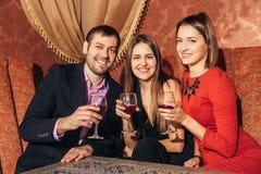 Groupe d'amis se reposant dans le restaurant Photo stock