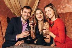 Groupe d'amis se reposant dans le restaurant Photos stock