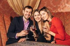 Groupe d'amis se reposant dans le restaurant Image libre de droits