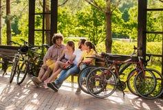 Groupe d'amis se reposant en parc Photo libre de droits