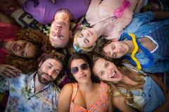 Groupe d'amis se situant en cercle au terrain de camping Image libre de droits