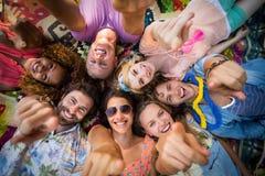 Groupe d'amis se situant en cercle au terrain de camping Photo stock