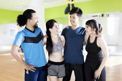 Groupe d'amis se tenant au gymnase Photos stock