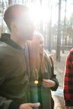 Groupe d'amis se tenant dehors dans la forêt Photos libres de droits