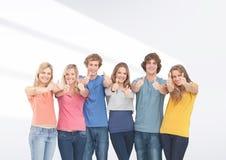 Groupe d'amis se tenant devant le fond gris vide Images stock