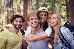 Groupe d'amis se tenant ensemble dans la forêt Images stock