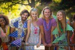 Groupe d'amis se tenant ensemble en parc Photographie stock libre de droits