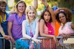 Groupe d'amis se tenant ensemble en parc Photo libre de droits