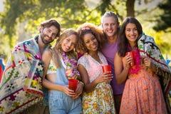 Groupe d'amis se tenant ensemble en parc Image stock