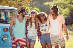 Groupe d'amis se tenant ensemble en parc Photos libres de droits