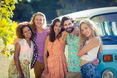 Groupe d'amis se tenant ensemble près de campervan Image libre de droits