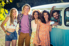 Groupe d'amis se tenant ensemble près de campervan Photo stock