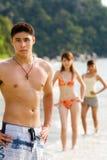 Groupe d'amis se tenant prêt la pose de plage Images libres de droits