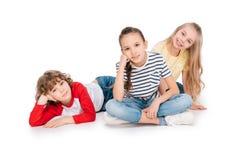 Groupe d'amis se trouvant sur le plancher Photo libre de droits
