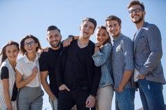 Groupe d'amis semblables se tenant ensemble Photos libres de droits
