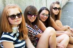 Groupe d'amis souriant à l'extérieur Image stock